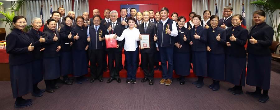 台中市長盧秀燕今天在市政會議表揚感謝味丹企業、慈濟基金會捐贈安心防疫物資。(盧金足攝)