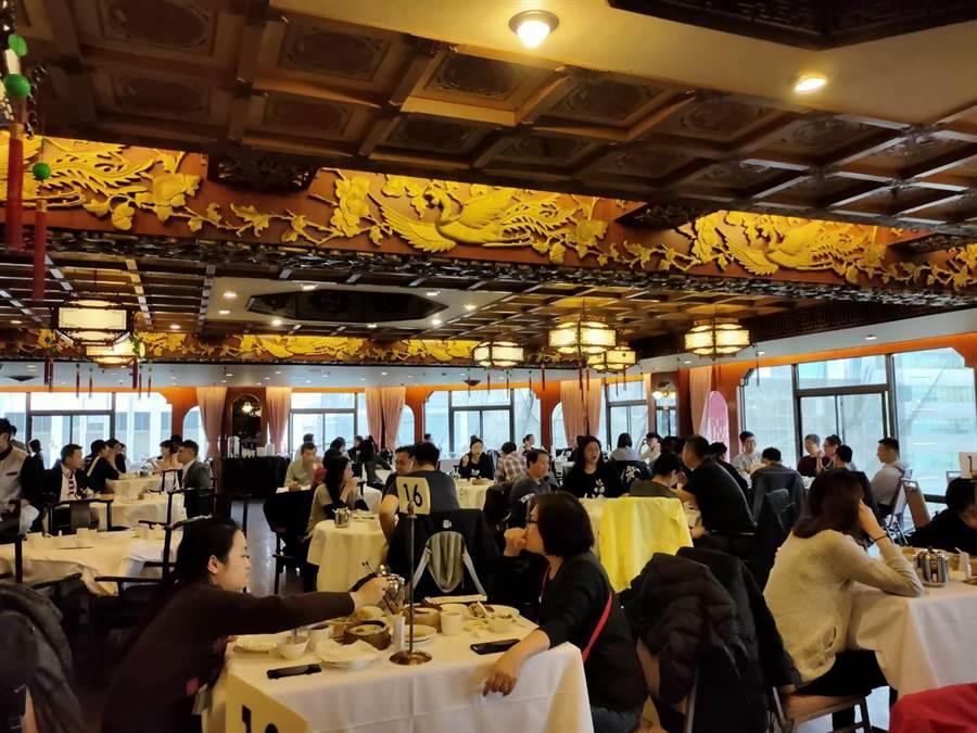 金鳳廳提前在3月底謝幕,今日午餐出現爆滿人潮。(黃琮淵攝)