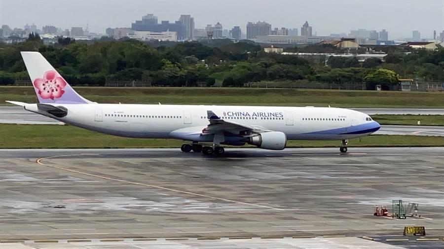 第2班載運武漢台胞返台專機在10日中午起啟,13時16分起飛,前往武漢。(陳麒全攝)