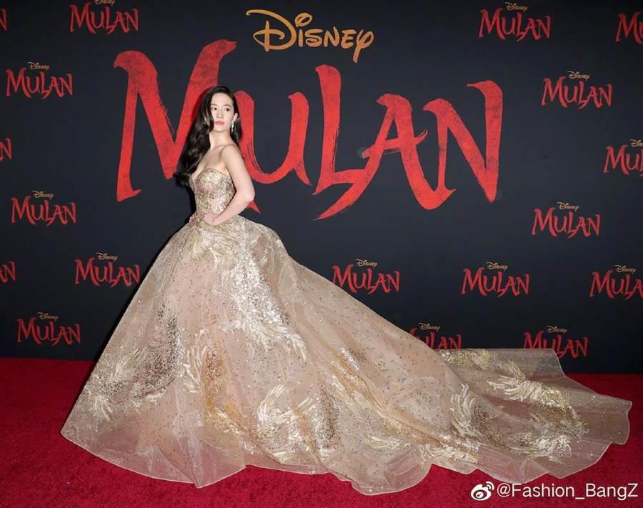 劉亦菲以一襲金色鳳鳳裙出席《花木蘭》世界首映。(摘自微博Fashion_BangZ)