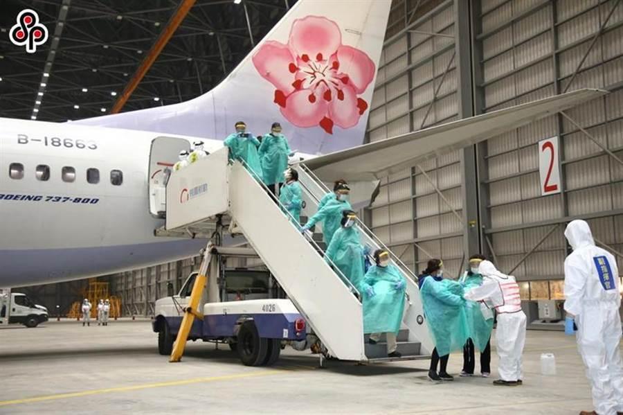 圖為2月22日國軍化學兵部隊前往桃園機場,針對鑽石公主號郵輪旅客搭乘華航包機返抵機場,為他們進行手腳部位消毒清潔。(圖/軍聞社提供)