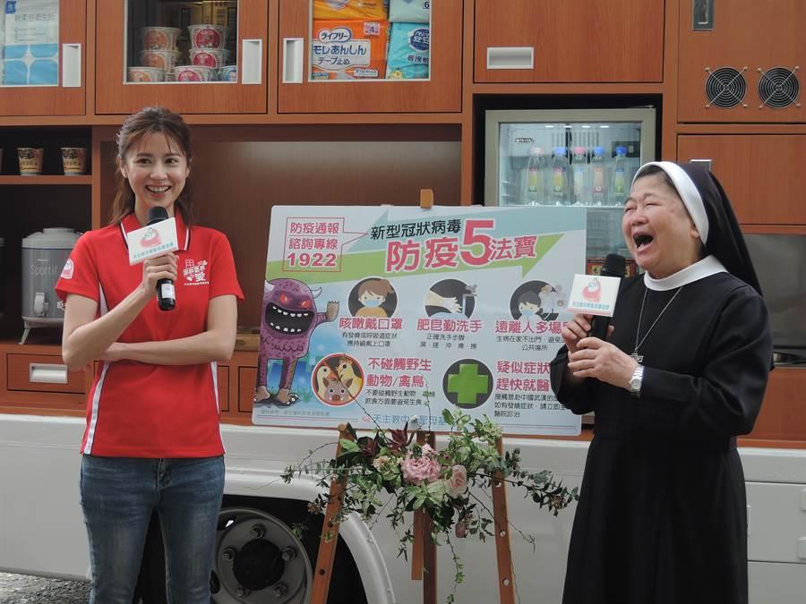 天主教中華聖母基金會10日舉辦宣傳記者會,邀請《我們與惡的距離》電視劇飾演社工師的演員林予晞(左)擔任大使。(張毓翎攝)