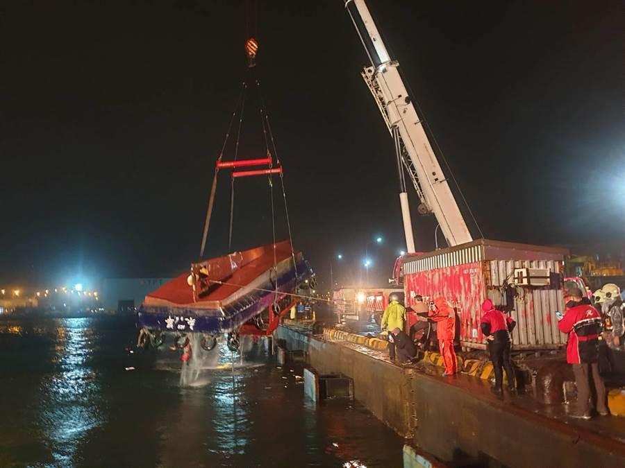 今凌晨領港船被吊上岸。(翻攝照片╱吳亮賢新北傳真)