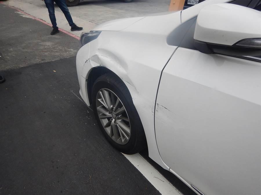 王男駕駛大巴士路邊停車,不慎擦撞路邊小車,小白車左前輪拱凹陷、左前門擦傷。(台中市警局第四分局提供/黃國峰台中傳真)