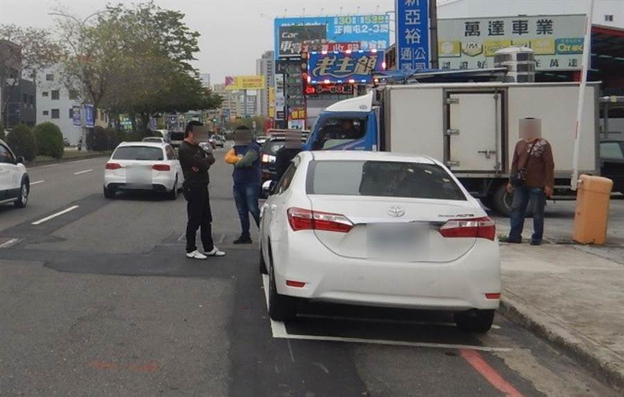 林男將小白車停路邊遭撞,不過仍被開罰單,因為佔用機車停車位。(台中市警局第四分局提供/黃國峰台中傳真)