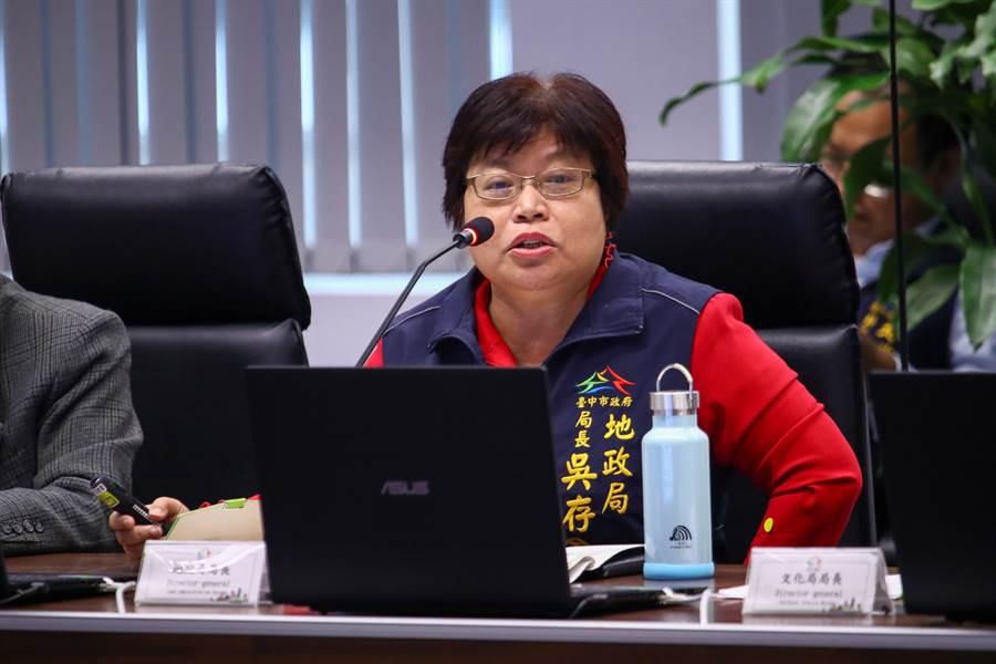 台中市府地政局長吳存金10日在市政會議專案報告「傾聽民意、輕稅惠民2020年六都土地所有權人稅賦負擔情形分析」。(盧金足攝)