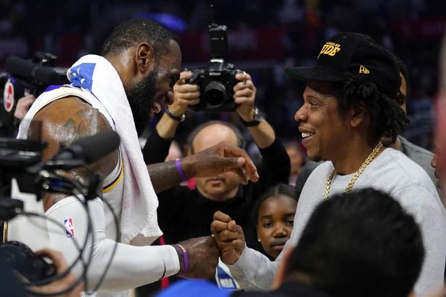 湖人隊詹姆斯(左)問候饒舌歌手Jay-Z。(美聯社資料照)