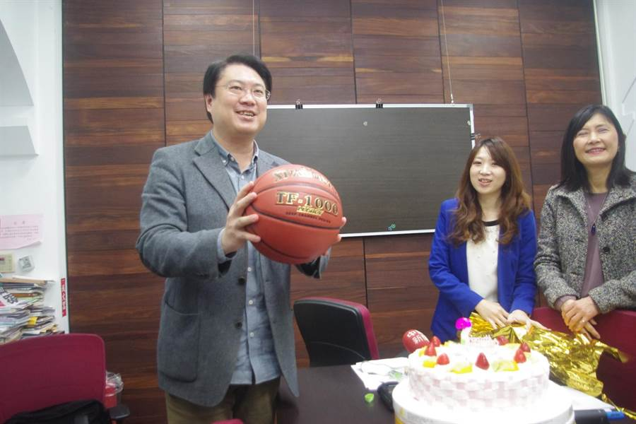 基隆市長林右昌慶祝49歲生日,市府團隊送上籃球盼他甩肉。(許家寧攝)
