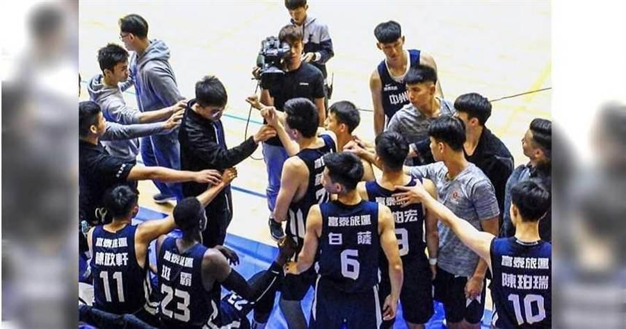 中州科大籃球隊在場下互相加油打氣。(圖/蕭文豪提供)