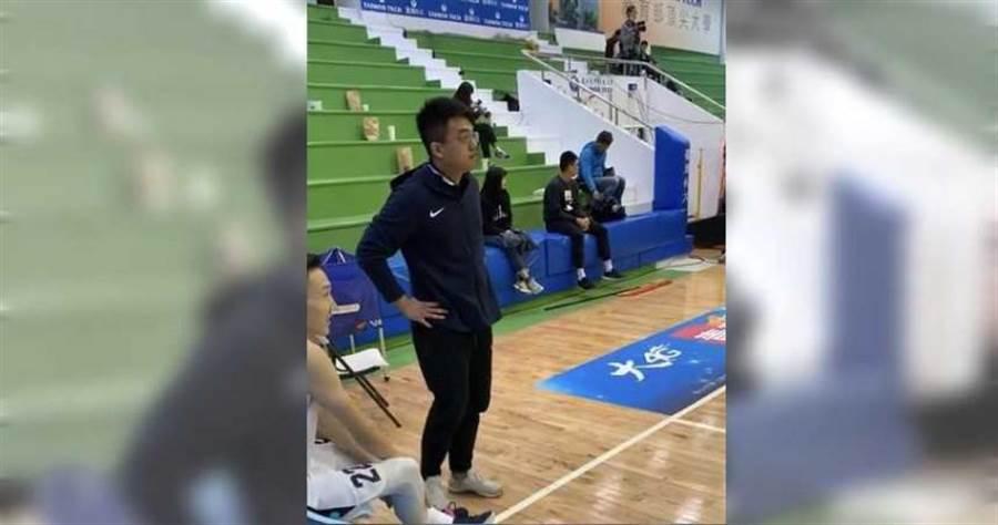 比賽期間,蕭文豪在場下觀察球員狀況。(圖/王德蓉攝影)