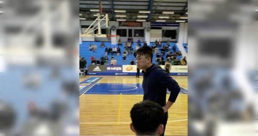 蕭文豪在比賽中思考球員調度。(圖/王德蓉攝影)