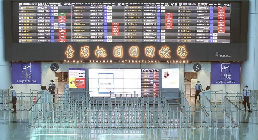 第二批武漢包機10日晚間抵台,執飛包機勤務的華航及東航班機將載回四百多名台商及眷屬,並分批送往隔離處所,在桃機第二航廈出境大廳中,已經看不見往日旅客排隊通關出境的人潮。(范揚光攝)