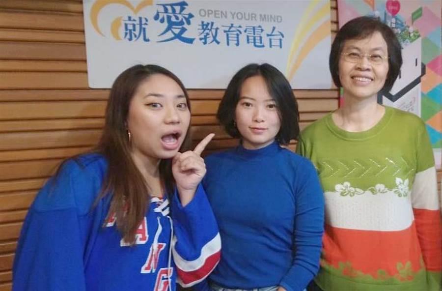 義守大學「應英系」主任范燕姬(右起)、Tori、Sunny師生合照。(林雅惠攝)