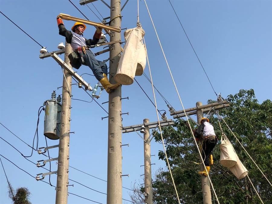 三芝、石門等區今日上午10時15分不明原因發生無預警停電。圖為台電金門區人員。(資料照/李金生攝)