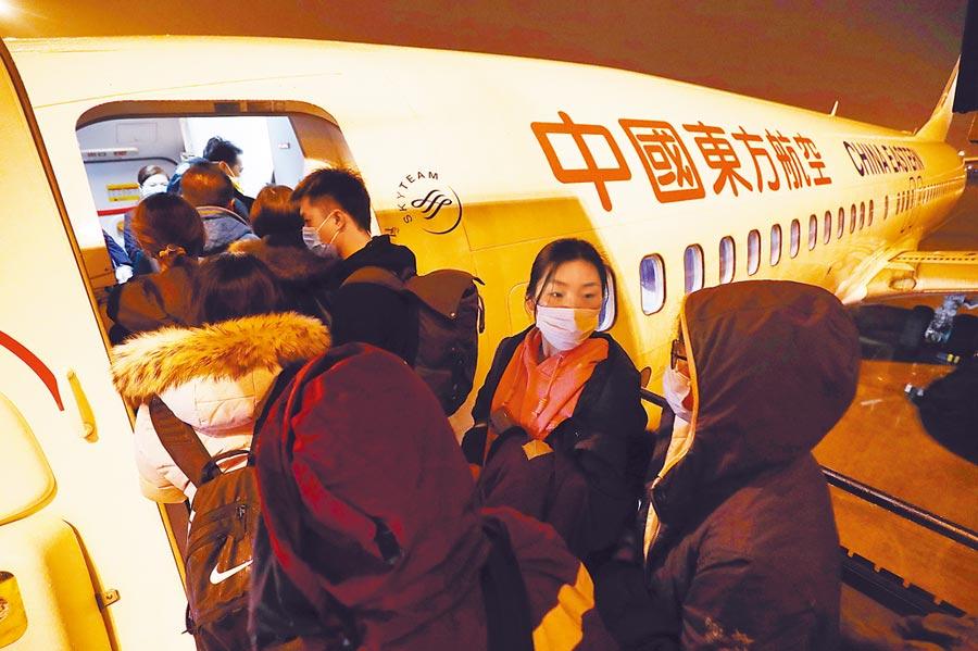 兩岸再度攜手!據悉台灣華航和大陸東方航空共兩架包機,將分別於今晚及11日凌晨載回約470名滯留湖北的台灣人,當中包含我所提出的121人優先名單。(中新社)