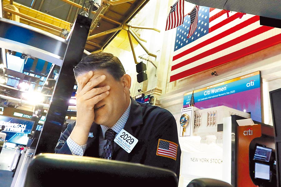 全球9日遭逢「黑色星期一」大屠殺,全球股市引爆多殺多賣壓,美道瓊指數9日開盤爆跌1884點,啟動熔斷機制後,一度崩跌逾2000點。(美聯社)