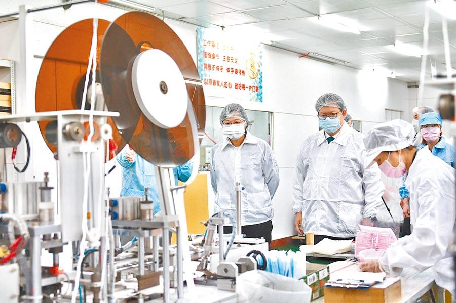 蔡英文總統(左一)9日在桃園市長鄭文燦(左二)陪同下視察口罩工廠。(桃園市政府提供)