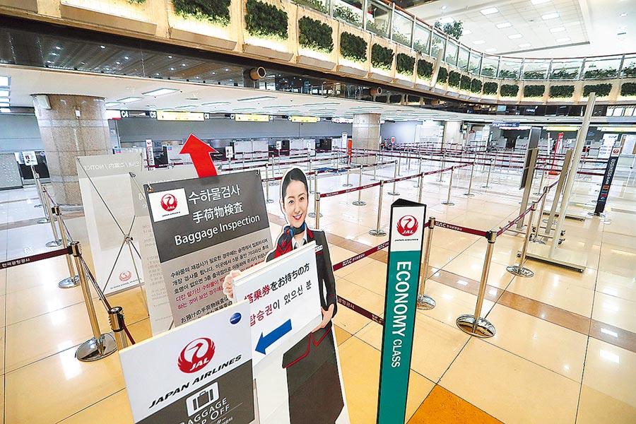 南韓首爾金浦機場日本航空公司的櫃檯9日空空蕩蕩。南韓和日本雙方從當天起,暫停原本給予對方公民的免簽證入境措施。 (美聯社)