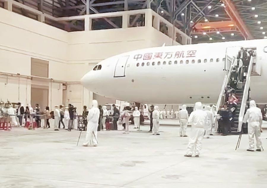 因應武漢肺炎疫情,2月由中國東方航空載送的首班武漢返台包機。(讀者提供)
