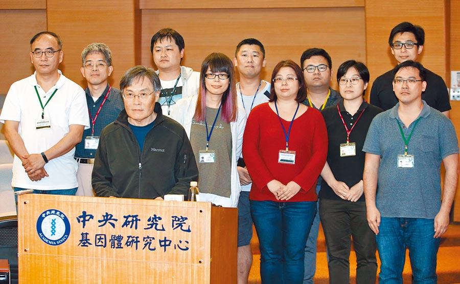 中研院基因體研究中心楊安綏實驗室團隊,台灣研發直接測病原 與對岸不同成功開發新冠病毒快篩試劑,9日楊安綏(前排)研究員介紹團隊成員。(王英豪攝)