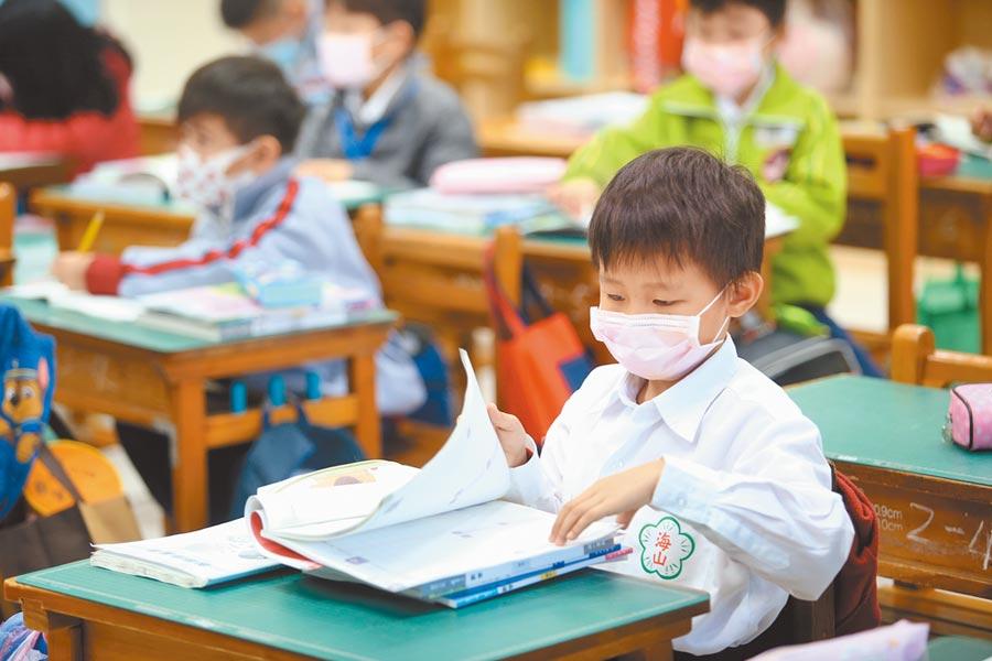 前衛生署長楊志良表示,疫情期間患有慢性病的長者需要注意,年輕人、小孩則不用太過擔心。(陳信翰攝)