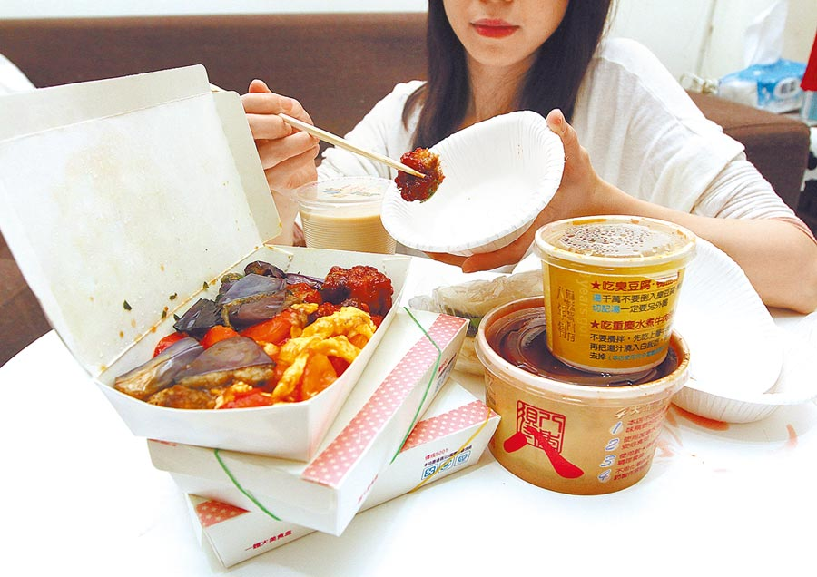 疫情持續延燒,近期傳出部分連鎖餐飲業者停用環保餐具,改用免洗餐具。(本報資料照片)