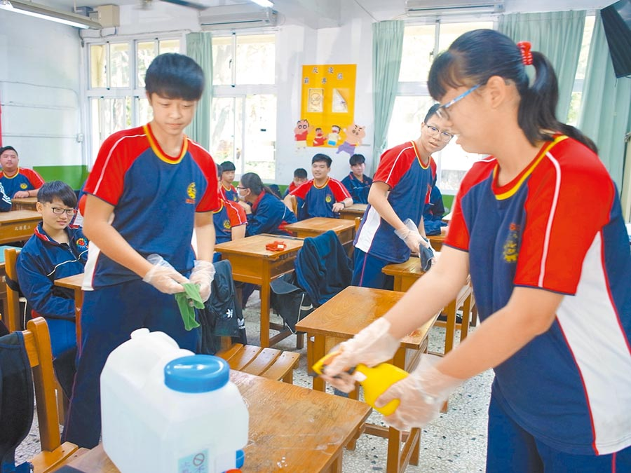 「水神」沒有刺鼻氣味,雲林縣北港農工學生用於校園防疫更安心。(張朝欣攝)