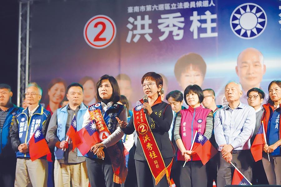 今年1月9日晚間,唐慧琳(右二)身體不舒服,仍到台南市洪秀柱、蔡淑惠的聯合造勢晚會站台。(洪秀柱辦公室提供)