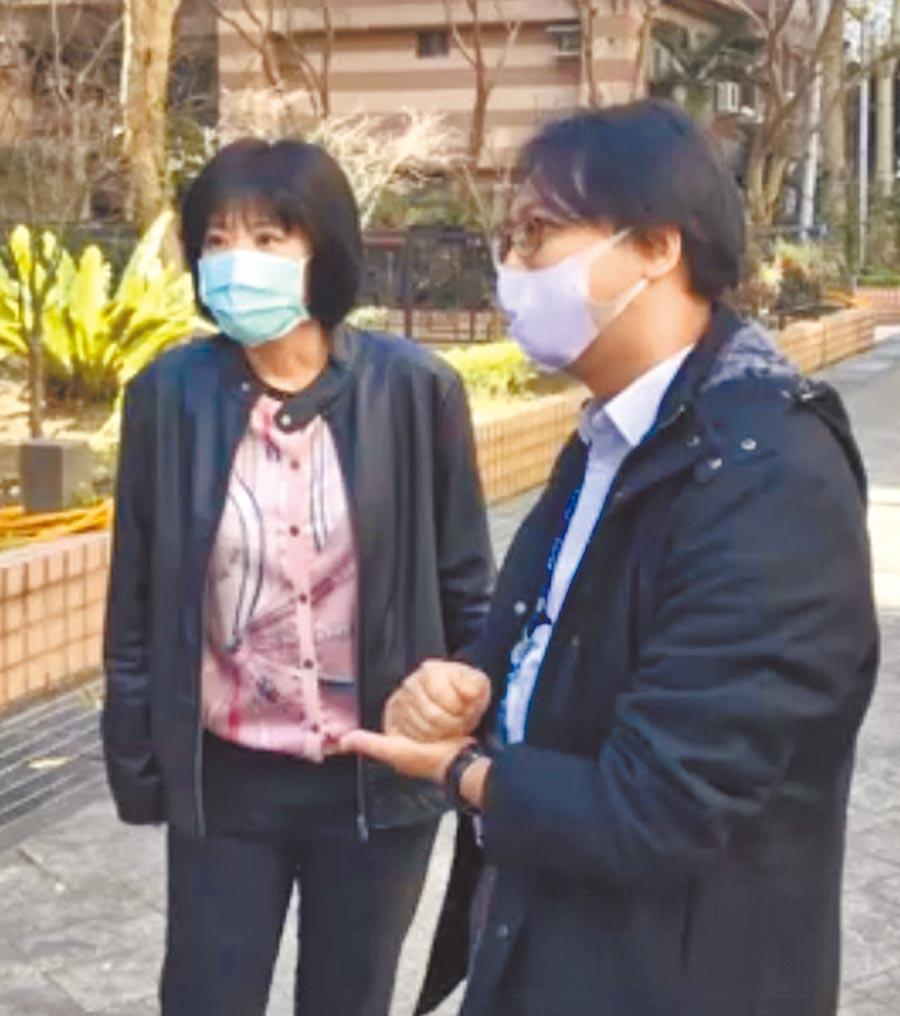 新冠肺炎疫情升溫,新北市議員唐慧琳(左)2月戴口罩會勘。(唐慧琳服務處提供/葉書宏新北傳真)