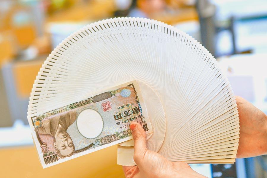 新冠疫情擴大讓全球經濟面臨衰退風險,避險資金更傾巢而出,昨日日圓對美元一度突破102關卡,衝上3年來新高價。圖為日圓。(本報資料照片)