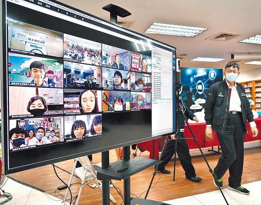 台北市長柯文哲(右)9日赴中崙高中出席「酷課學校為你開,雲端共學e起來」記者會,推廣台北酷課雲,藉由數位科技幫助學生自主學習,讓學生們可享有更多元豐富的師資與線上選修課程。(劉宗龍攝)