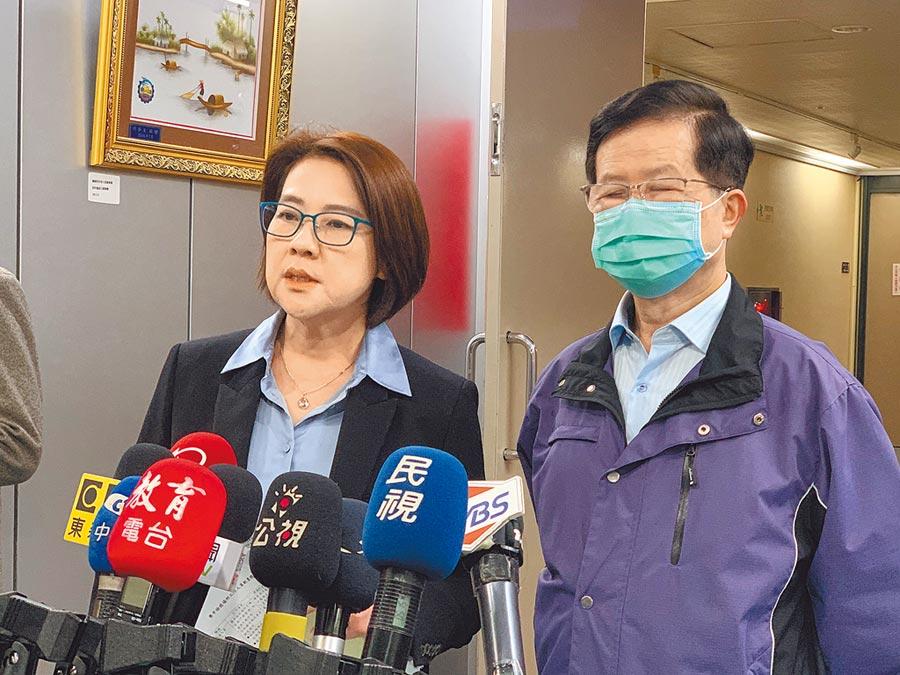 台北市副市長黃珊珊(左)表示,為了避免群聚感染,清明連假塔樓會做人數管制、分流。(張薷攝)