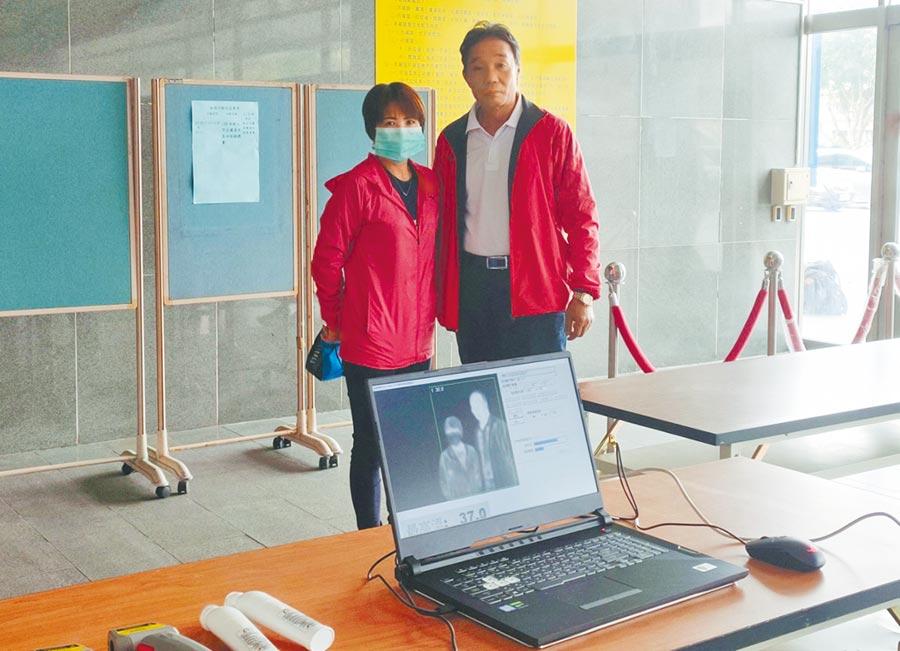 新北市體育處長洪玉玲(左)與新北市田徑委員會主委吳清標(右)感謝工作人員為防範疫情做出的努力。(黃邱倫攝)