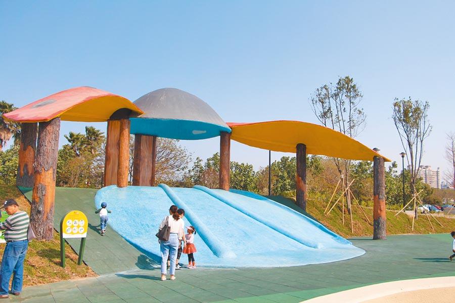 竹南獅山親子公園228連假試營運,縣府蒐集民眾體驗想法,進行改善,針對瓢蟲滑梯將加強安全性。(何冠嫻攝)