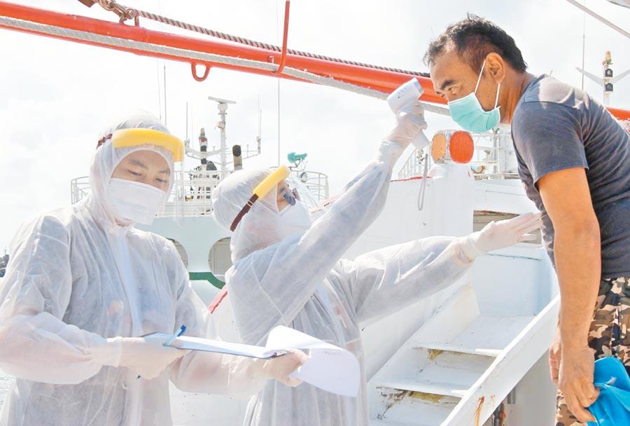 台灣外銷的石斑魚以「活魚運搬船」運送,是養殖產業特有的海上運輸載具。這次遇到新冠肺炎疫情,配合防疫政策,人船回到台灣都需進行14天居家檢疫。(潘建志攝)