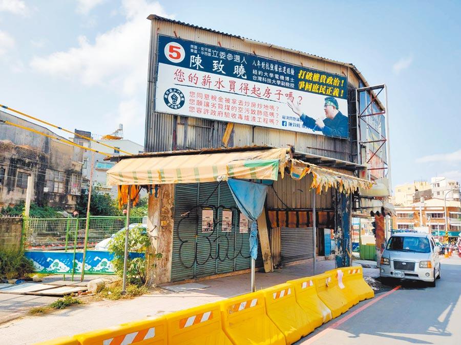 鐵道局原本預定10日強制拆除台南市東區前鋒路張家卻臨時喊卡。(洪榮志攝)