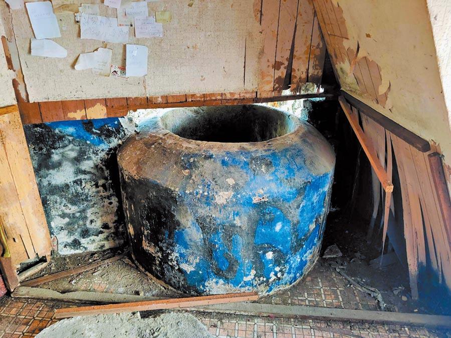 台南市東區前鋒路張家的1口百年古井,導致去年5月南鐵地下化全線拆除工程被迫喊卡。(洪榮志攝)