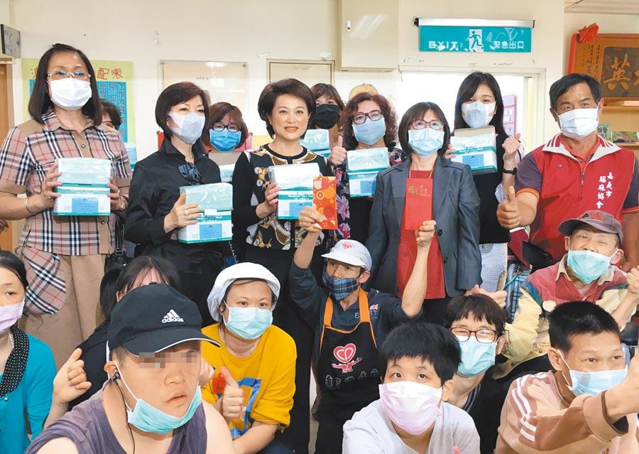 嘉義市婦聯會主委蕭淑麗(後排左三)代表捐贈口罩給嘉義市腦麻協會。(廖素慧攝)