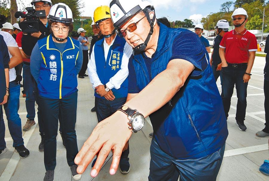 台東縣長饒慶鈴(左起)與台東市長張國洲視察「台東之眼」工程,建設處長許瑞貴現場解說。(莊哲權攝)