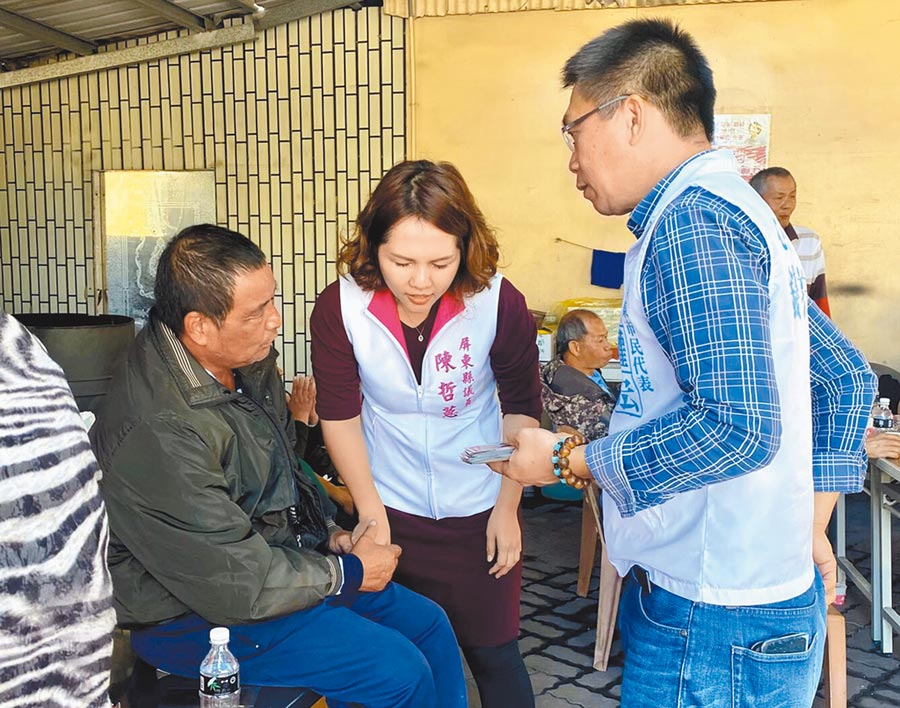 面對五花八門選民服務,屏東縣議員陳哲蕙(中)傾聽民意,努力完成對方需求。(林和生攝)