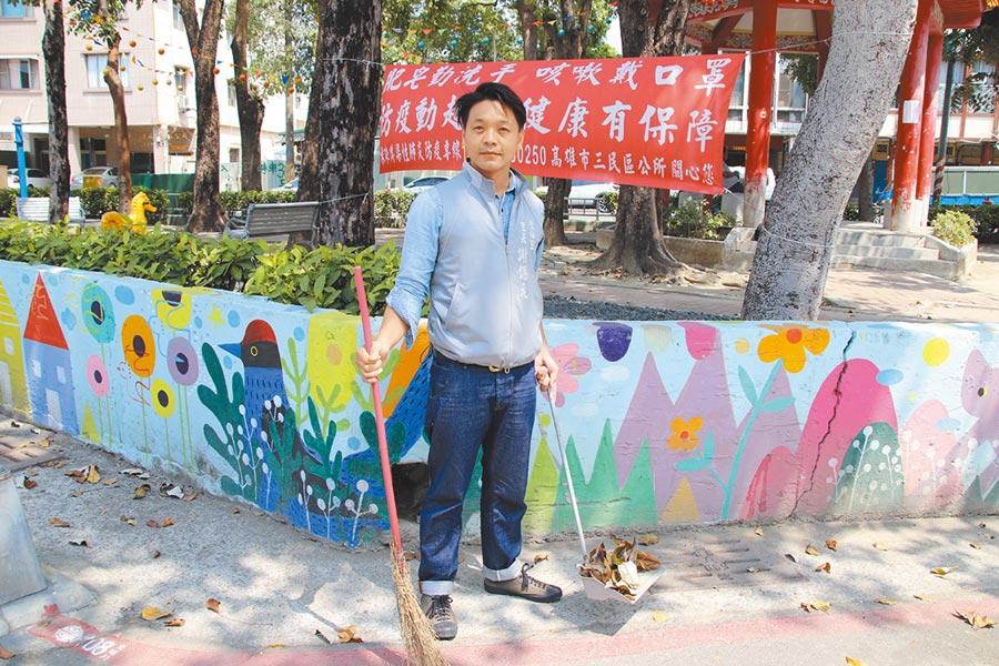 謝錫元不僅親身帶隊仔細清理里內環境、改善垃圾堆問題,甚至每天追著垃圾車四處視察,他親力親為的精神感動里民。(洪浩軒攝)