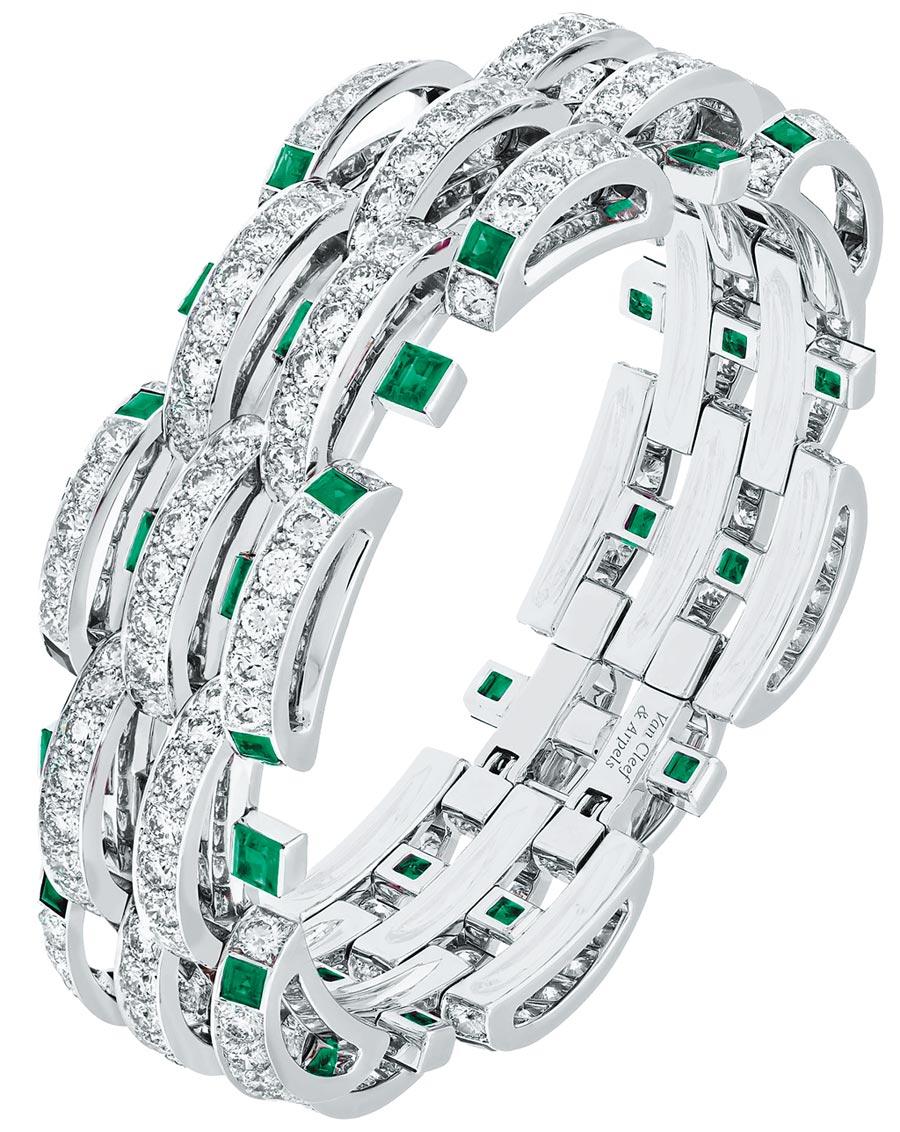 梵克雅寶發表年度新作Damita祖母綠手鐲,與過去的經典骨董珠寶作品相呼應。(Van Cleef & Arpels提供)