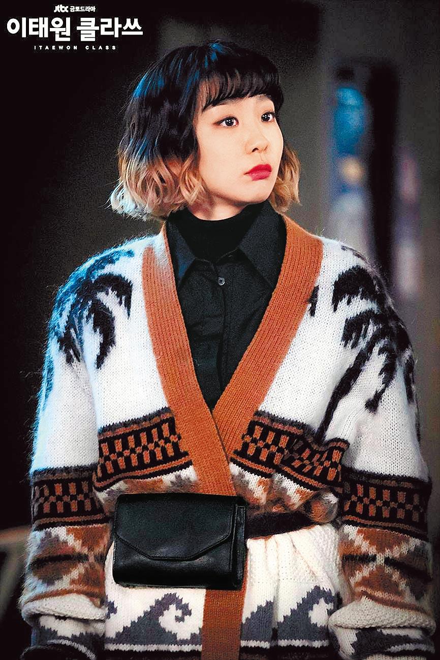 TOD'S棕梠樹緹花針織衫搭配韓國品牌RAIVE STUDIO迷你方型腰帶包。(翻攝自Netflix)