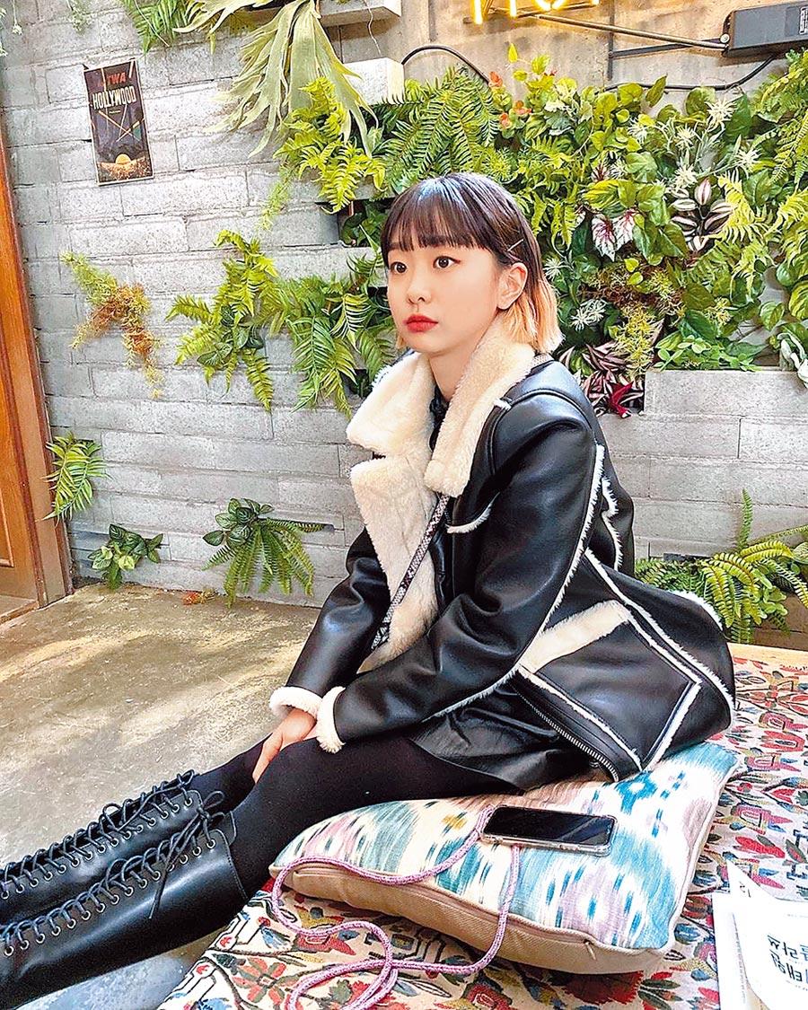 韓劇《梨泰院Class》女主角金多美在劇中身穿皮夾克搭配龐克風格的Valentino鉚釘包、馬丁大夫鉚釘鞋,風格前衛叛逆。(擷自金多美IG)