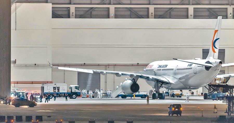 2月3日由東方航空載送的首班武漢返台包機抵達桃機。(本報系資料照片)