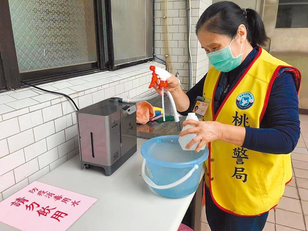 中壢警分局志工每天領取水神抗菌液加強公共環境清潔與消毒。(呂筱蟬攝)