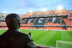 歐冠足球聯賽閉門踢 觀眾是一尊銅像