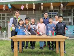 興華國小學生不忍校長辛苦站崗 研發自動噴灑酒精機器人