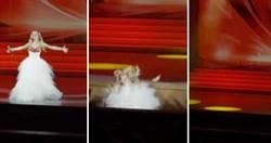 踩空重摔骨折!女歌手獻唱摔下舞台 驚險畫面曝光