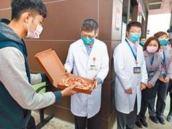 防疫送暖 大學生烤披薩贈醫護